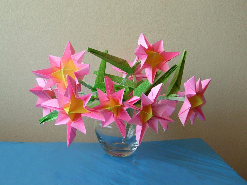 Красивые цветы-оригами из цветной бумаги.